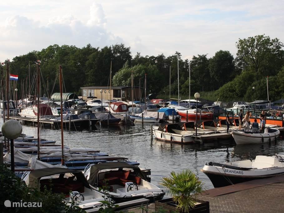 Watersportjachthaven Ottenhome. Hier kunt allerlei soorten boten huren. Tevens is er een gezellig terras.