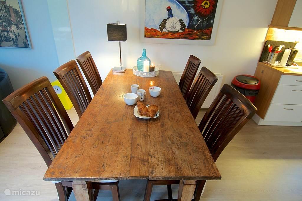 Eettafel voor zes personen.
