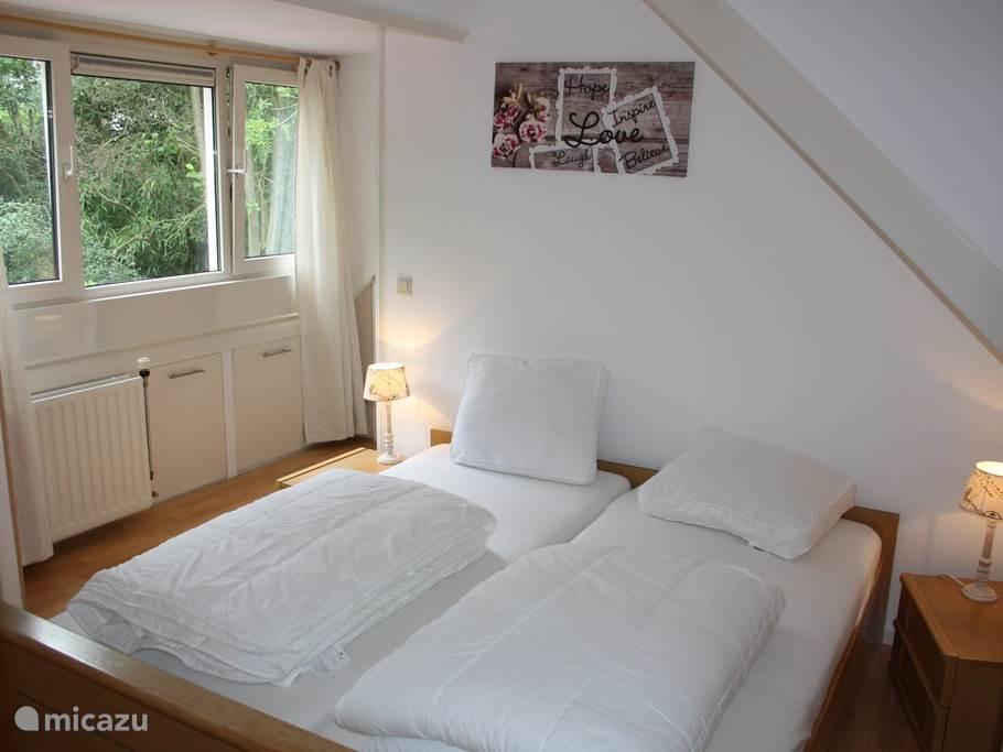 Masterbedroom boven voorzien van heerlijke matrassen, dekbedden en kussens.