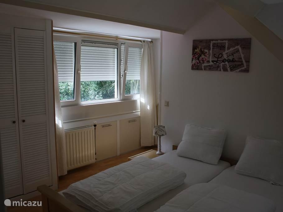 Masterbedroom boven is rondom voorzien van rolluiken en twee inbouw garderobe kasten.
