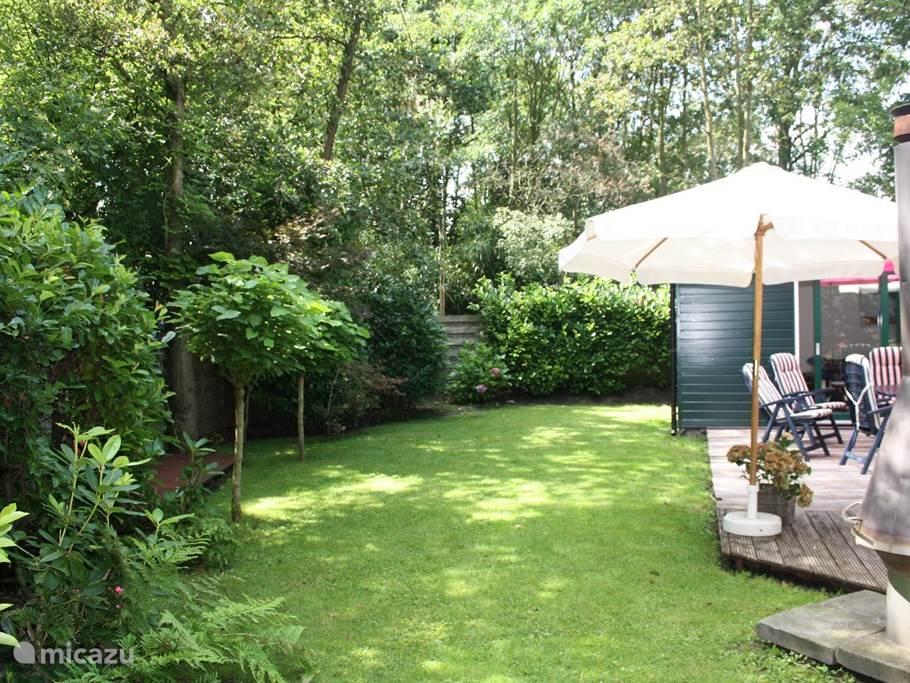 Heerlijke tuin en terras waar je lekker kan genieten en ontspannen.