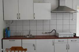 Een frisse keuken van alle gemakken voorzien.incl. vaatwasser.