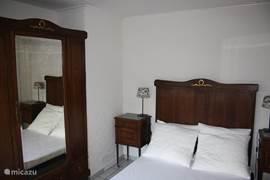 Een slaapkamer met een knipoog naar grootmoeders tijd.