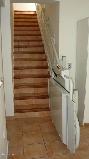 Binnenhuistrap met rolstoel lift
