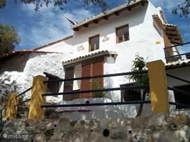 vooraanzicht van het huis met terras