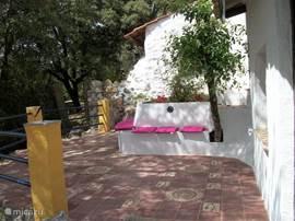 terras met zitbanken en schaduw