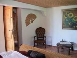 slaapkamer met openslaande deuren, badkamer, zitje en terras
