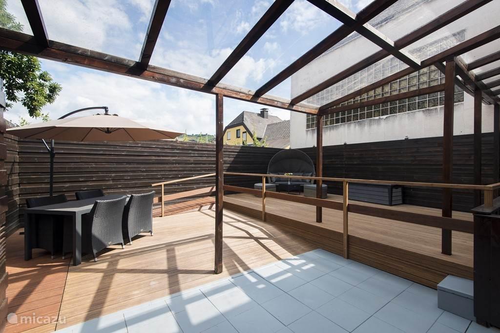 gesloten tuin  voor gezellig ontbijt of lekker uitrusten of zonnen in de zithoek