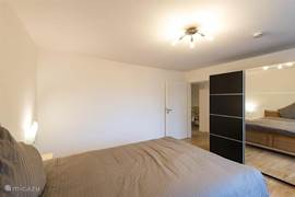 twee persoon slaapkamer met kleerkast