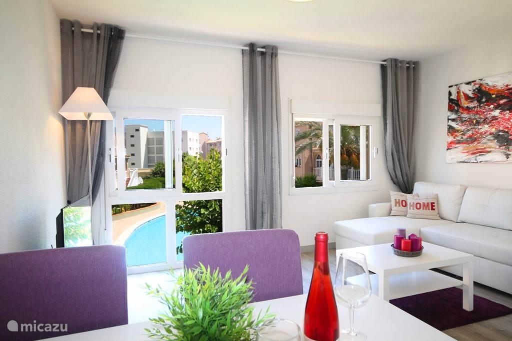 Onze ruime woonkamer, mer uitzicht op binnentuin met zwembad