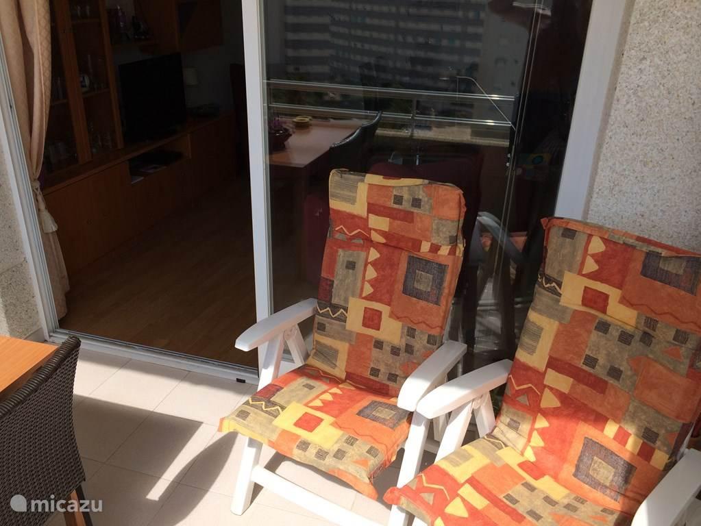 Lekker 2 verstelbare stevige stoelen met ligstanden en kussens voor uw gemak op het terras. Het lange ligbed staat opgeborgen in de 2e slaapkamer. Dus die kunt u ook nog benutten. Veel plezier alvast.