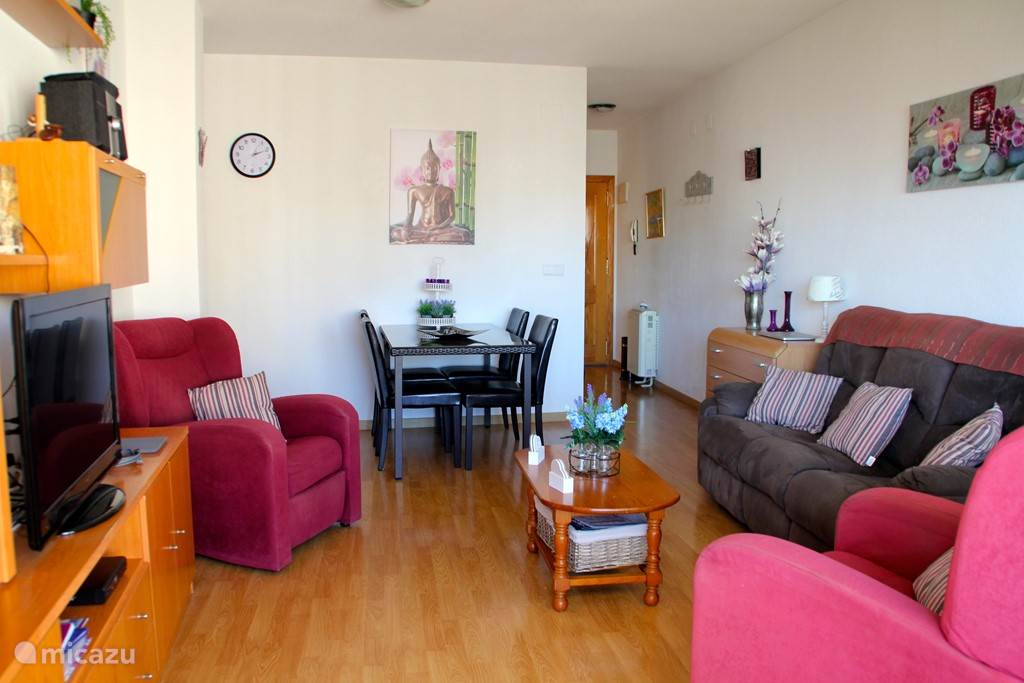 Ruime living sfeervol gemeubileerd en comfortabel laminaat in heel appartement.