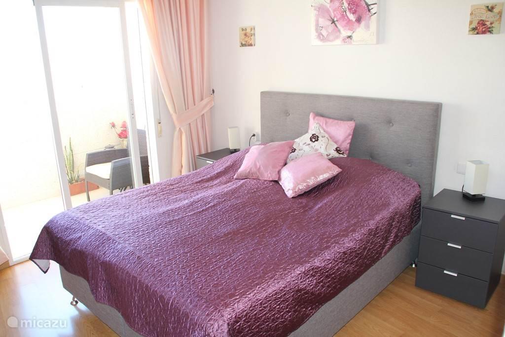 Grote master bedroom met groot nieuw gekocht hotelbed/boxspring in juli 2014 met de maten 200x160cm. Voldoende bergruimte voor al uw spullen