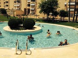 Het heerlijke grote zwembad met speciale instaptrap, ook voor minder valide mensen ideaal. Hier niet te zien overigens.