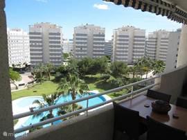 Schitterend zwembadzicht en beperkt zeezicht tussen de gebouwen door vanaf uw terras op 7e verdieping.