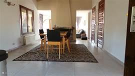 ruimte woonkeuken met eettafel en 6 stoelen bovenappartement