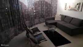 sfeervolle lounge met flatscreen en dvd surround sound system en slaapbank bovenappartement