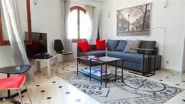 ultramoderne lounge met TV en dvd speler beneden appartement
