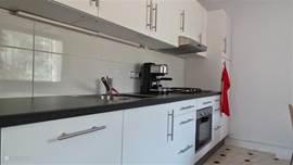 moderne nieuwe keuken in beneden appartement