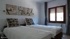 2 grote slaapkamers met veel kastruimte bovenappartement