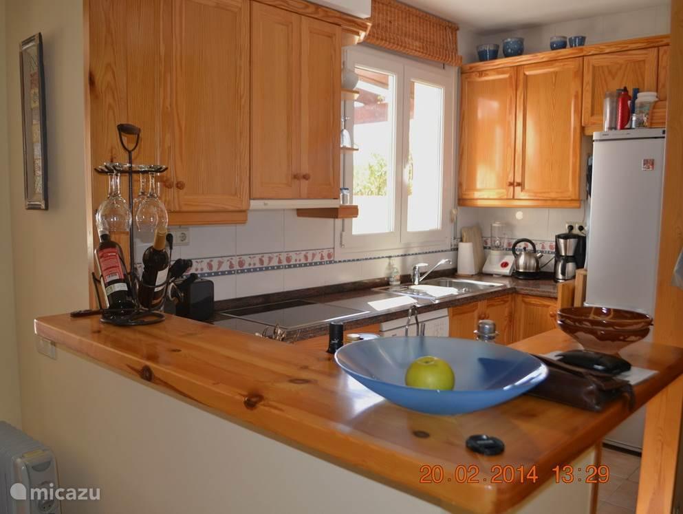 Open keuken met grote koel/vrieskast. Oven en vaatwasser
