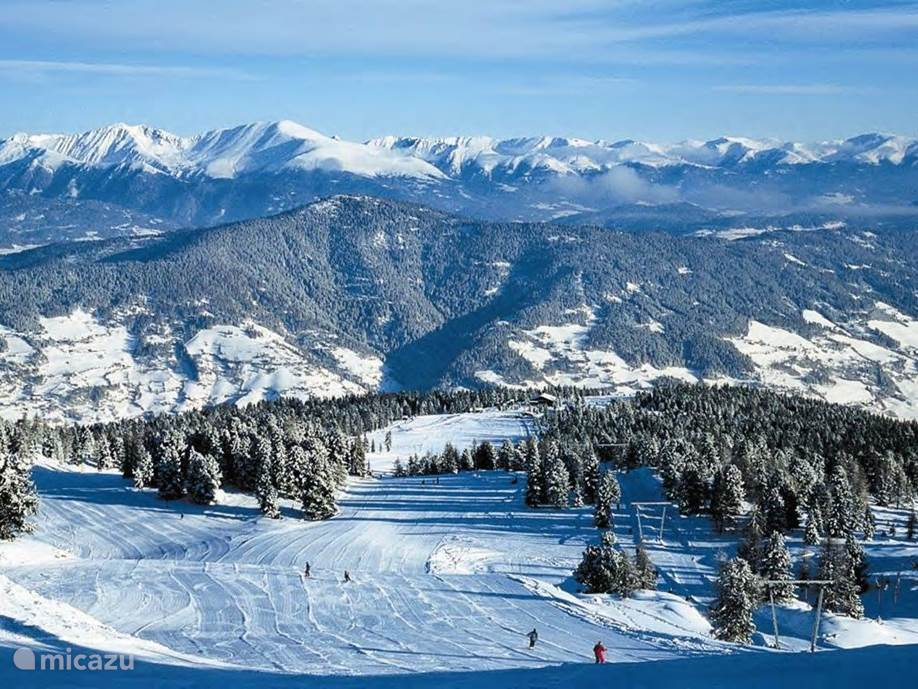 The Kreischberg ski area is especially suitable for families. It is organized so that you meet each other again and again and the modern lifts ensure optimum transport. It is remarkable that you can go through the whole area with blue runs. The descent is also fine to do.