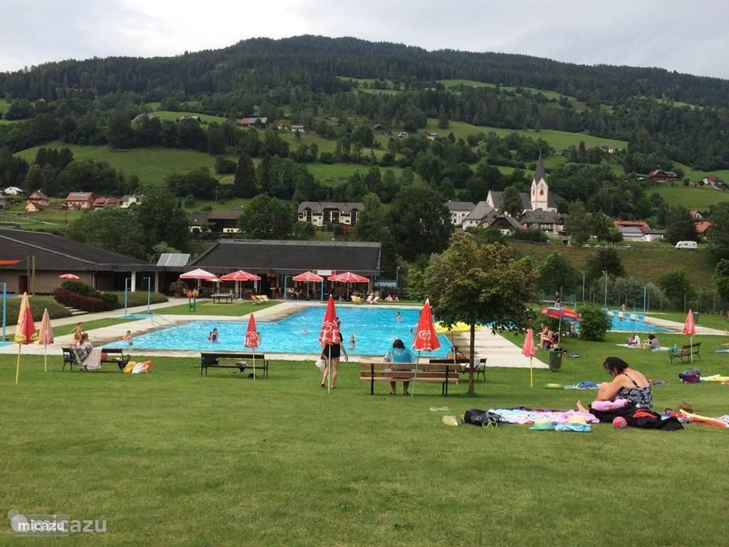 Buiten zwembad op 5 minuten loopafstand van het chalet.