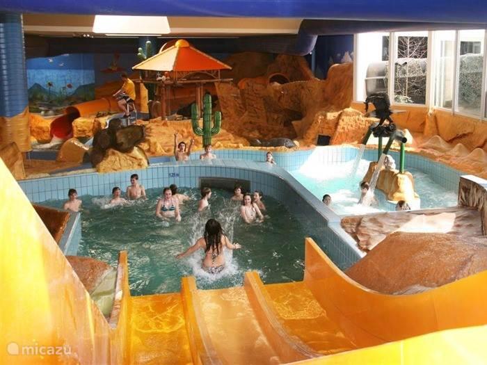 Als onze gast kunt een gratis dagje uit naar Zwemparadijs Mosaqua in Gulpen! Met meerdere baden, drie glijbanen, een piratenspeelschip en een uitgebreide wellness. In de zomer kunt u buiten van vijf baden genieten, omringd door een prachtige groene ligweide.