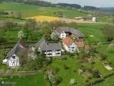 Bovenaanzicht van de Buitenplaats in typisch limburgse hofjes en vakbouwwerk.
