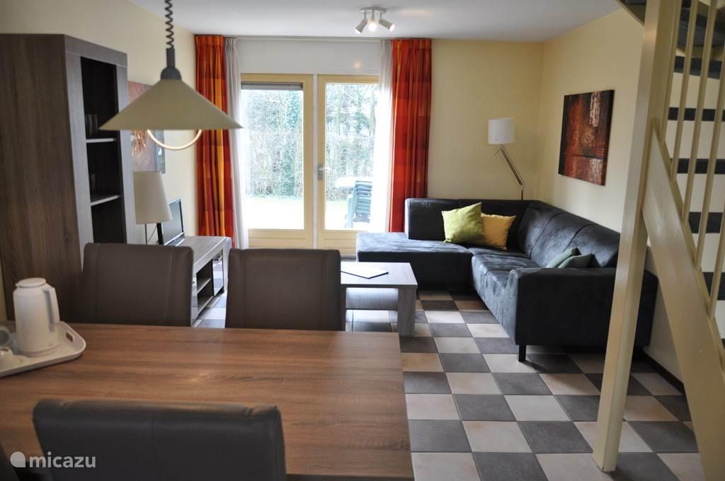 Woonkamer met eet- en zitgedeelte. Onlangs voorzien van nieuw meubilair met o.a. een gezellige eethoek en een heerlijke hoekbank!