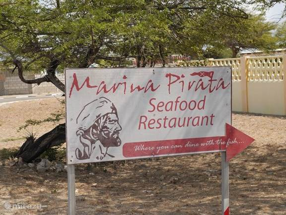 At 800 meters, the top Marina Pirata restaurant. Here at the edge of the sea. Reservations are recommended.