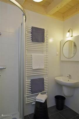 Badkamer per vakantiewoning: Met douche, wastafel en 2e WC.
