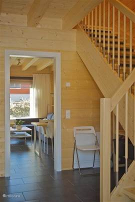Entree / hal per vakantiewoning: Met garderobe, toiletruimte en trap naar 1e Verdieping.