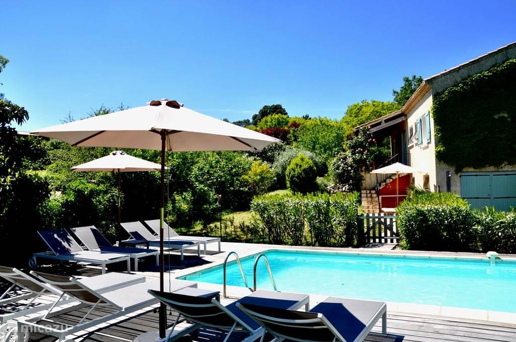Het verwarmde zwembad met volop zon