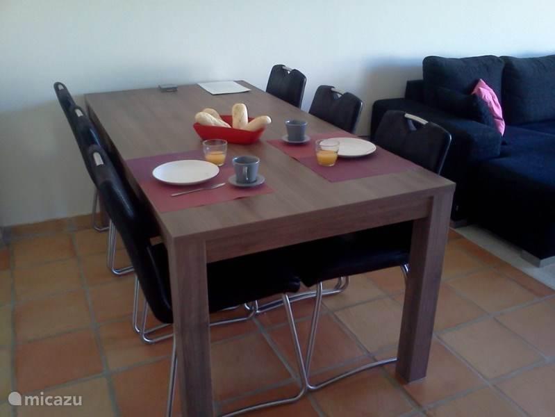 Een royale eettafel voor 6 personen.