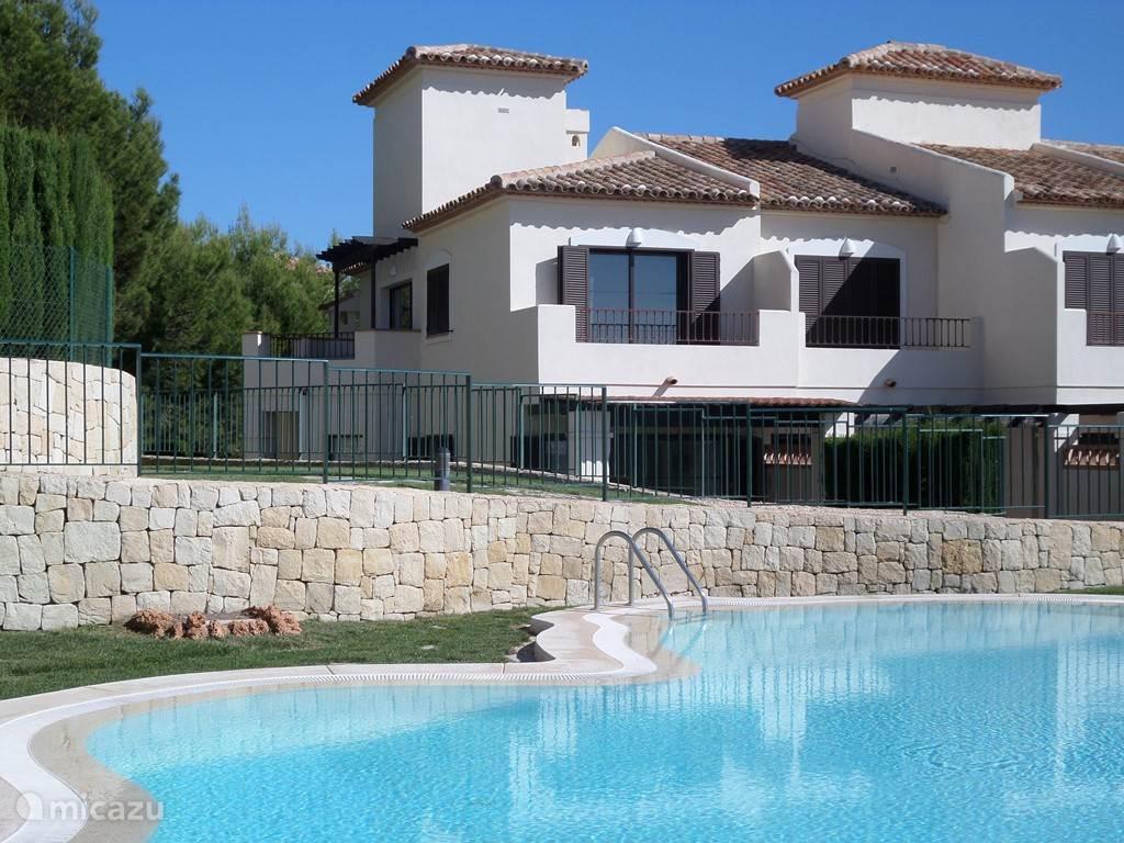 Het heerlijke zwembad met op de achtergrond het huis.