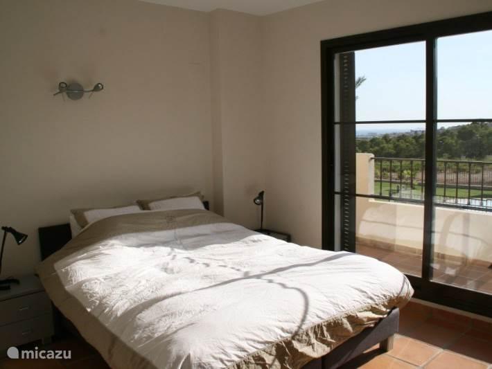 De master bedroom en ballon met uitzicht op zee.