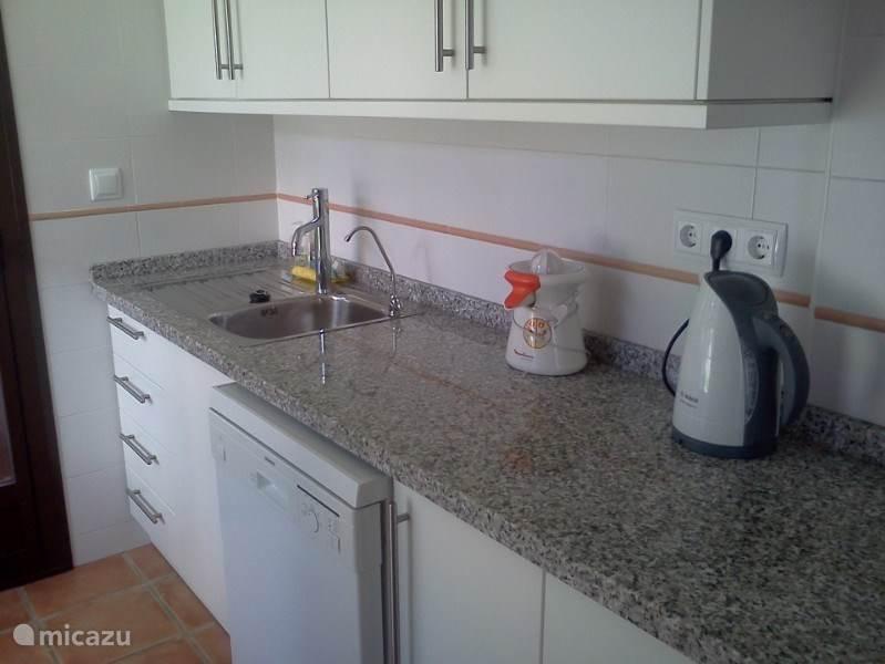 De keuken is van alle gemakken voorzien. Er is zelf een kraan met gezuiverd water. Dus geen gesleep met flessen water van de supermarkt.