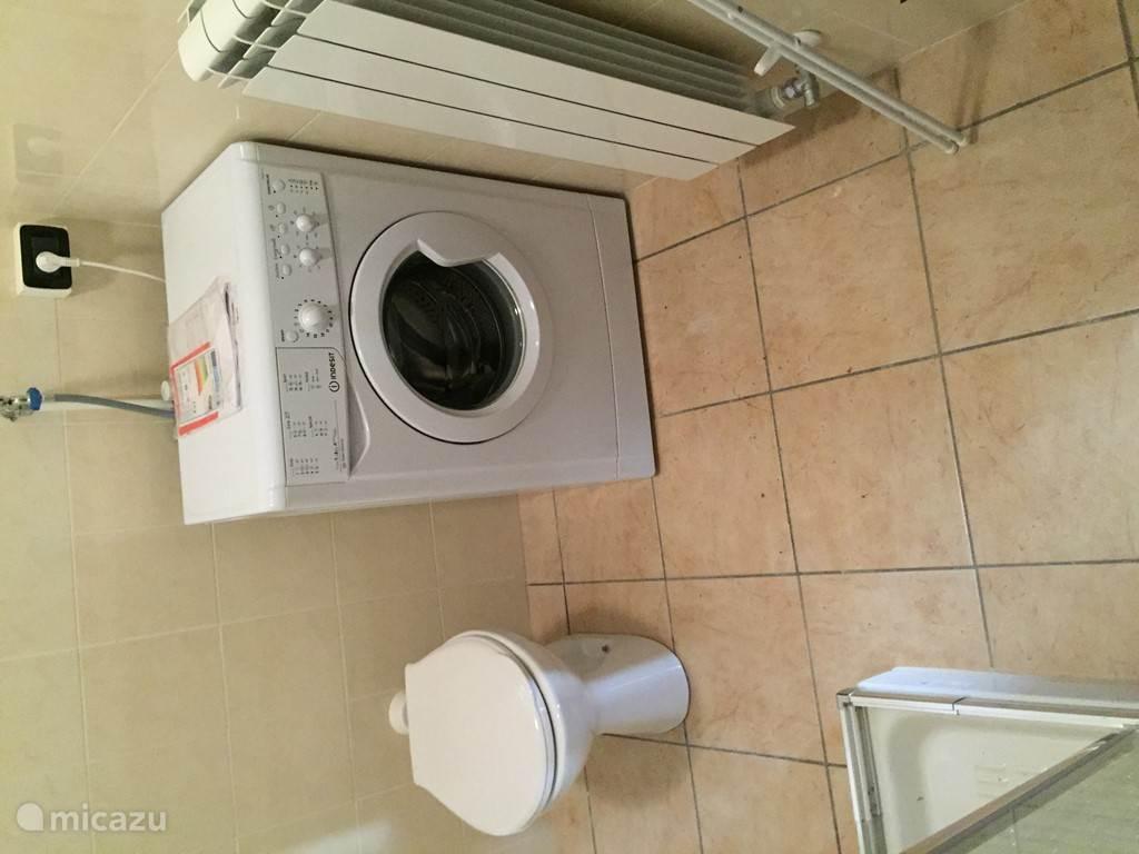 In het appartement is een wasmachine aanwezig.
