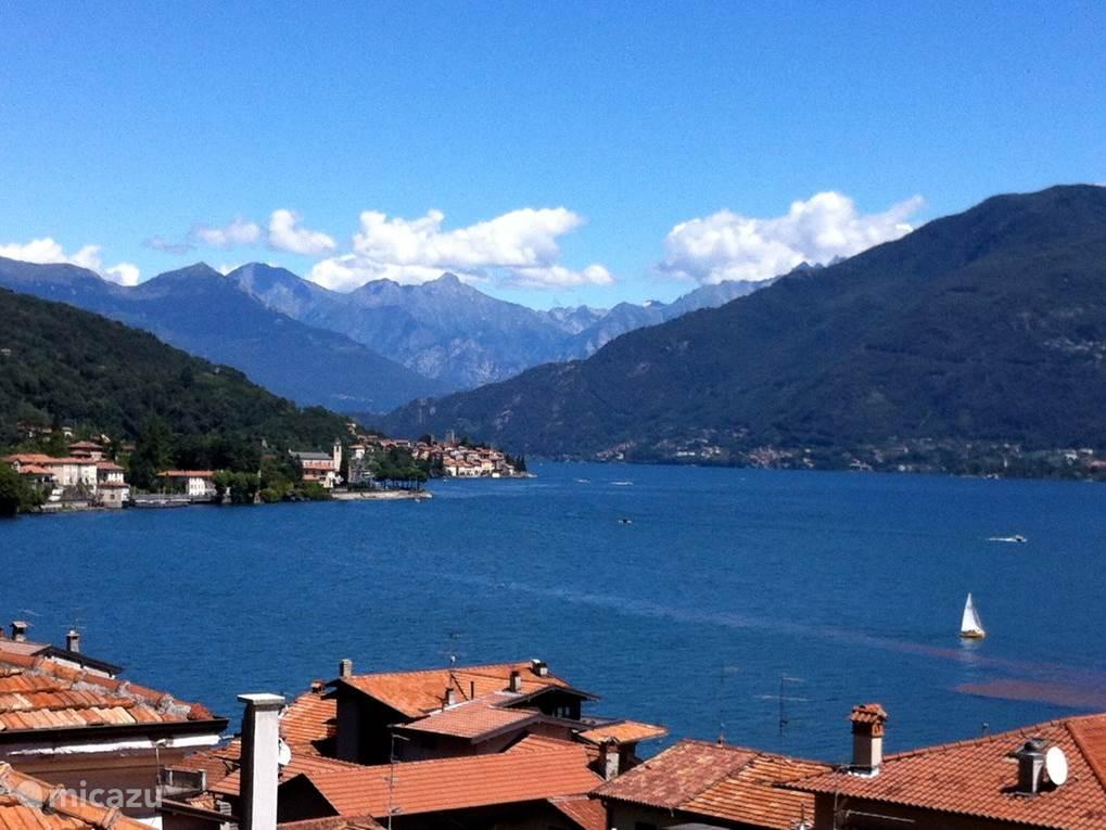 Dit is het geweldige uitzicht op de Alpen vanaf de balustrade. In Menaggio kunt u een boot huren om zelf dit prachtige meer op te gaan. Ook kun je gebruik maken van de veerboten die je naar alle dorpen langs dit 80 kilometer lange meer brengen.