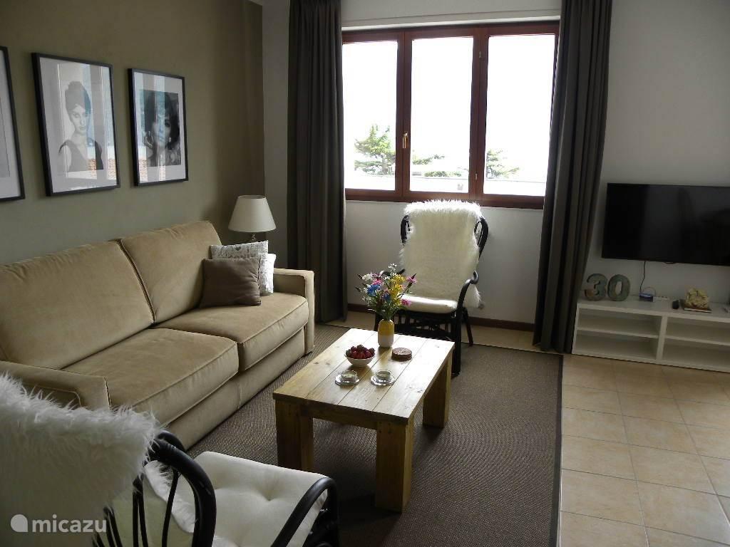 In de zithoek staat een comfortabele zit/slaapbank (160 x 200) en twee prettig zittende stoelen.