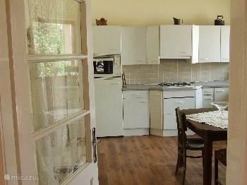 De woonkeuken, voorzien van combimagnetron, gasfornuis en koelkast.