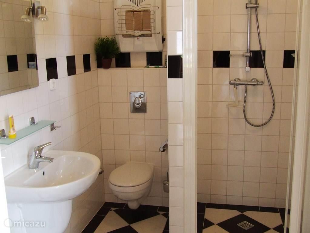De douche/badkamer. Hier is ook een wasmachine