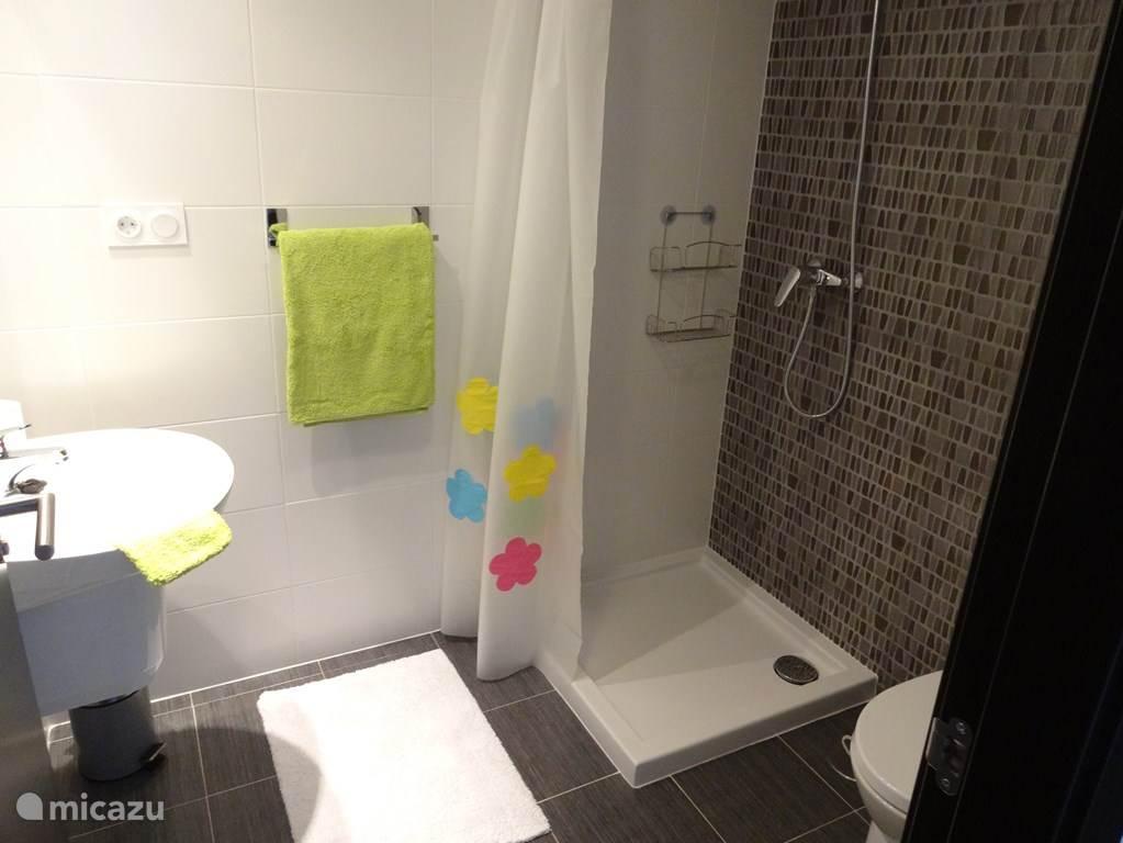 één van de twee badkamers