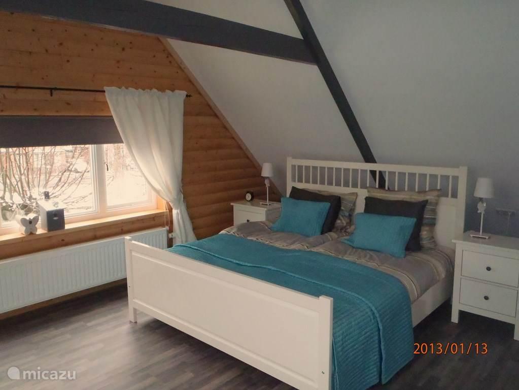 Een heel sfeervolle ruime slaapkamer met aangrenzende inloopbadkamer. Zo ruim dat deze kamer desgewenst met 2 slaapplekken is uit te breiden.