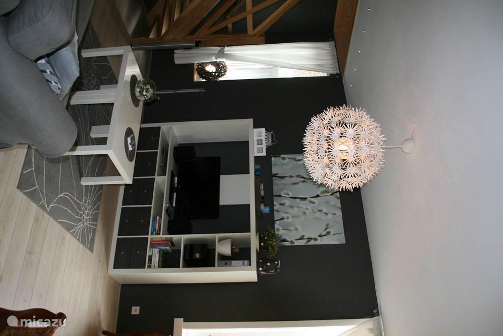De woonkamer is met zorg ingericht en biedt een huiselijke, warme maar moderne sfeer. De bank betreft een luxe slaapbank.