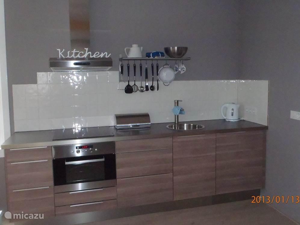 De keuken is voorzien van een koelkast, combi oven, waterkoker en senseo koffiezetapparaat. Mocht u liever een gewone kop koffie drinken is er op aanvraag ook een regulier koffiezetapparaat aanwezig.