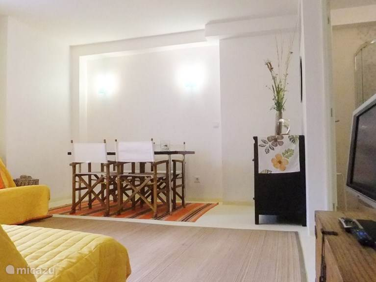 de gezellige een moderne woonkamer geef toegang naar een badkamer met douche en wastafel.