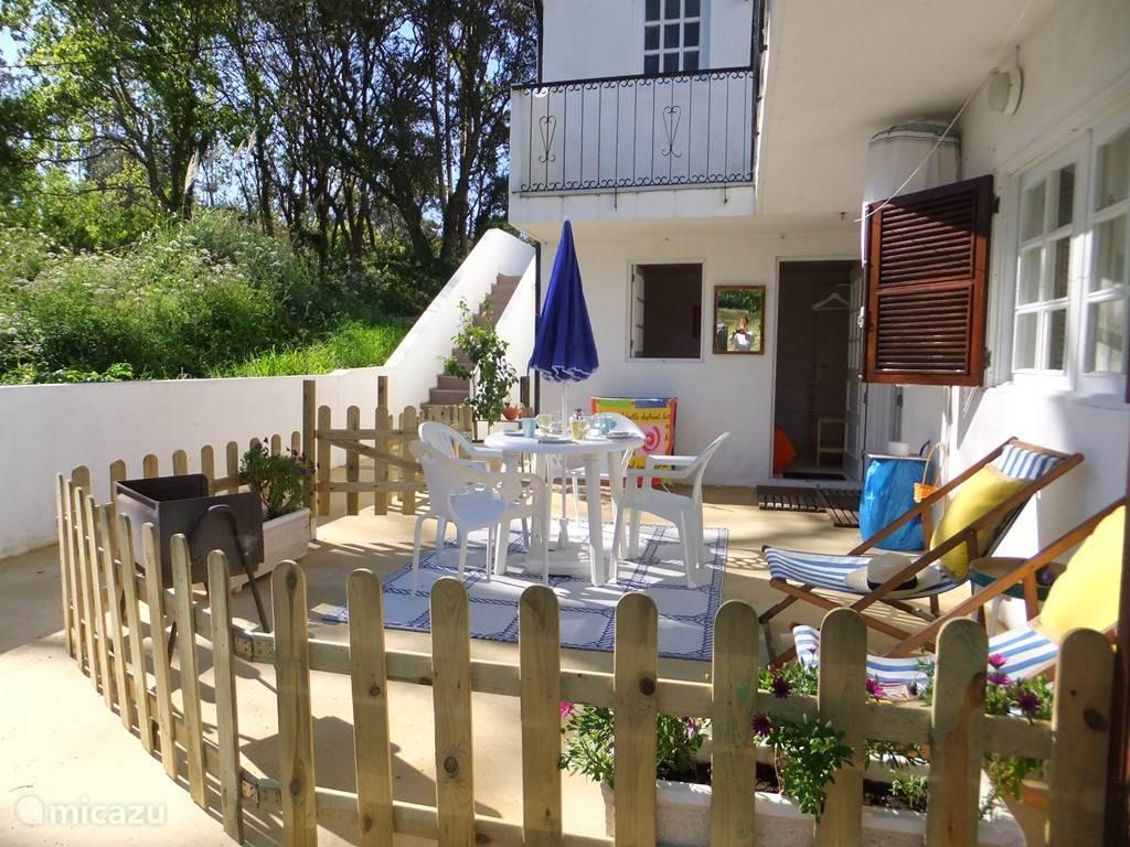 terras op Oost met zon van s'ochtends vroeg tot 15h00. Ideal voor ontbijten en opwarmen onder de zon.