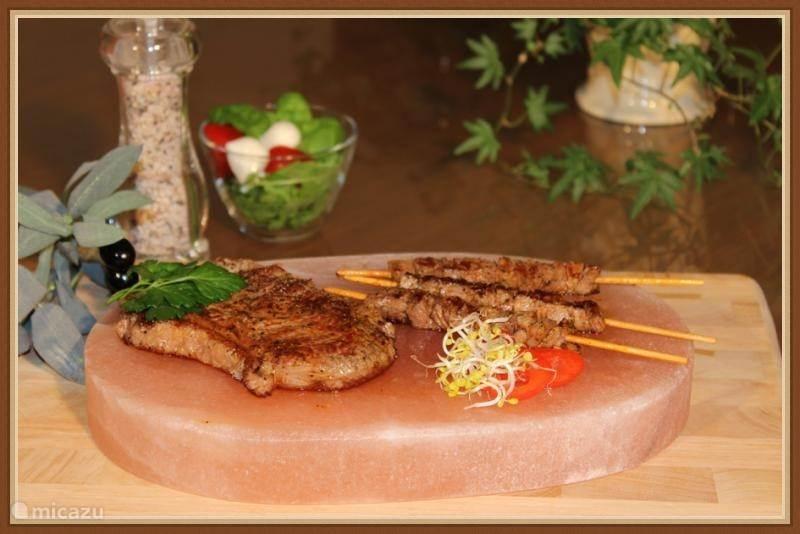 vlees of vis gebakken op een zoutsteen.